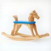 Houpací koník s tvarovanou hlavou dřevěný, výška sedu 28 cm, modrá deska