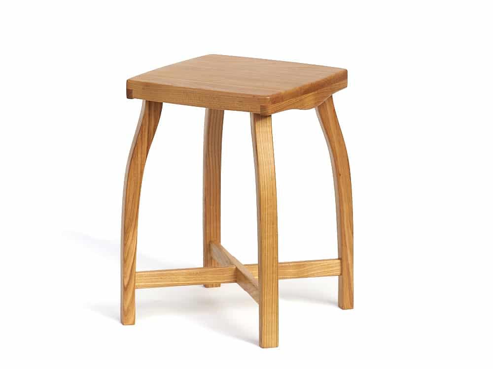 Stylová dřevěná stolička lehké a elegantní konstrukce